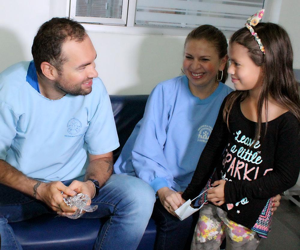 """CLAUDIA ANDREA MUÑOZ RIVAS, MAMÁ DE JUAN PABLO SILVA PACIENTE DEL SERVICIO DE ONCOHEMATOLOGÍA """"La visita de Santiago Cruz a mi hijo fue algo hermoso, no tengo palabras para expresar el agradecimiento. El haberle regalado una sonrisa, un abrazo, hacerlo sentir importante y darle fortaleza, eso no tiene precio. Como madre es algo muy especial que un artista como Santiago Cruz llegue al Hospital y visite a mi hijo enfermo. Además porque estoy en una campaña para sacarle cada día una sonrisa a Juan Pablo para lo cual he contactado a reconocidos personajes como Andrés Cepeda, el Padre Linero, el arquero David Ospina, el futbolista Iván Cuadrado y muchos más quienes le enviaron sus mensajes a través de las redes sociales. La enfermedad que padece mi hijo me ha enseñado que cada instante es un milagro de vida y hay que disfrutarlo con intensidad""""."""